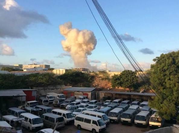 Attacco terroristico in corso in un hotel di Mogadiscio, in Somalia