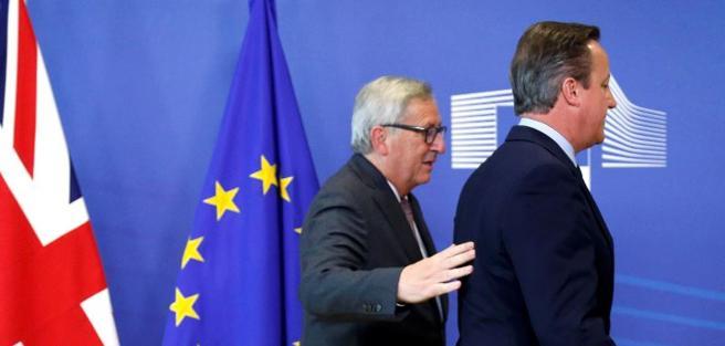 Il presidente della Commissione Ue Juncker e il primo ministro britannico Cameron (Reuters)
