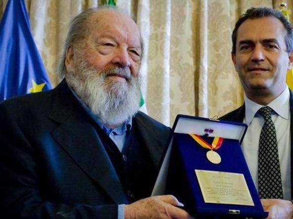L'anno scorso il sindaco di Napoli, Luigi de Magistris, gli aveva consegnato una medaglia e una targa a palazzo San Giacomo in nome della sua città d'origine
