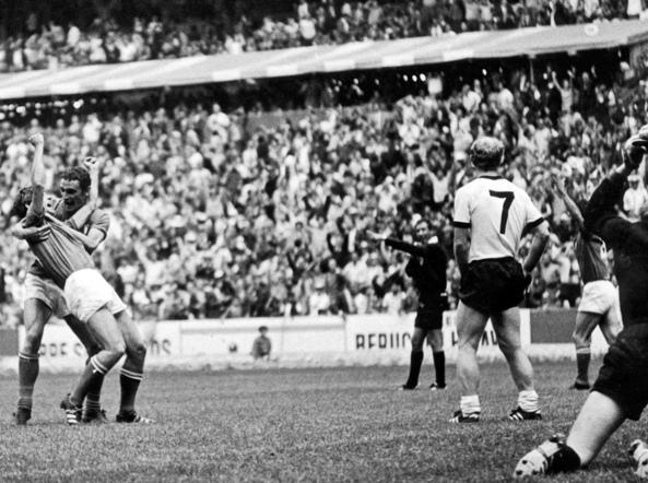 Toluca. Il 14 giugno 1970 nella semifinale dei Mondiali Italia e Germania Ovest vanno ai supplementari. Dopo un'altalena leggendaria, Rivera, sorretto da Riva (foto) esulta per il gol del 4-3 che porta gli azzurri di Valcareggi in finale col Brasile (Ansa)