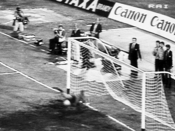 Fulvio Collovati ha appena sbagliato il rigore decisivo della lunga serie della finale per il 3°-4° posto contro la Cecoslovacchia a Napoli