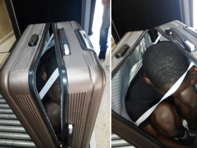 Prova entrare in Spagna nascosto nella valigia: salvo migrante Foto