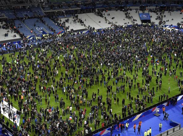 Parigi. 13 novembre 2015. Lo Stade De France viene attaccato, ma il peggio succede in città. I tifosi, avvisati dagli speaker, prima scendono sul campo e poi lasciano lo stadio cantando la Marsigliese per darsi coraggio (Afp/Fife)