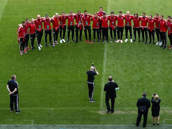 Schierati. La rosa del Galles posa al completo allo Stade de Lyon: lì, mercoledì sera, Bale e compagni giocheranno contro il Portogallo la partita più importante della loro storia calcistica (Getty Images/Rose)