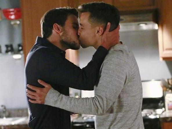 Rai2 taglia scene gay da