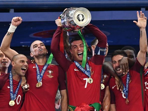 L'esultanza del Portogallo campione d'Europa (Epa)
