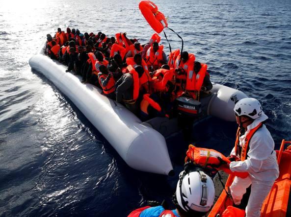 Il salvataggio di un gruppo di migranti al largo della Libia (Reuters)