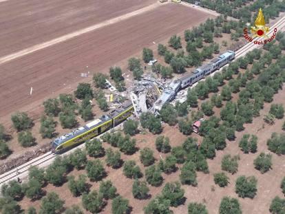 Scontro tra treni in Puglia, i vagoni sbriciolati e i soccorsi