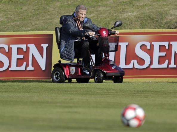 Oscar Washington Tabarez c.t. dell'Uruguay durante un allenamento si muove con una motoretta e cammina grazie all'aiuto di due bastoni