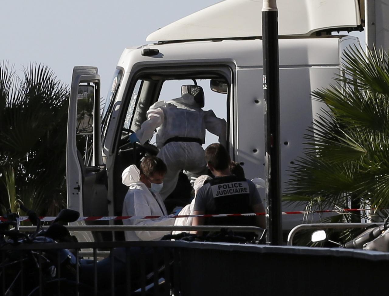 attentato a nizza i rilievi della polizia sul camion della strage. Black Bedroom Furniture Sets. Home Design Ideas