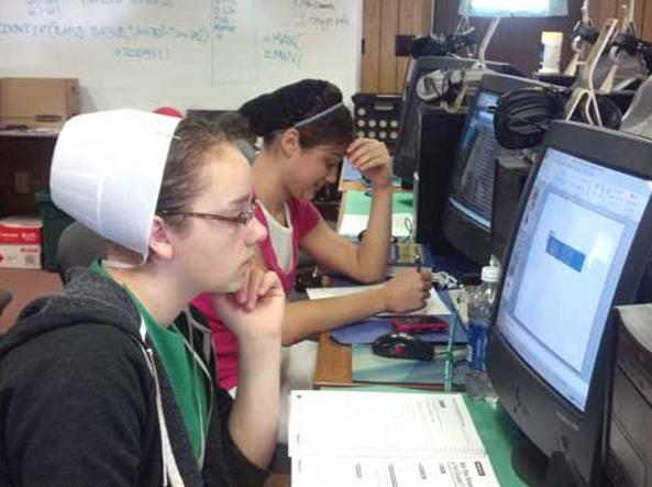 Una giovane Amish segue un corso alla Buckeye Business School di New Philadelphia, in Ohio: la scuola si propone di insegnare i fondamenti del computer «per aiutare a confrontarsi con la realtà»