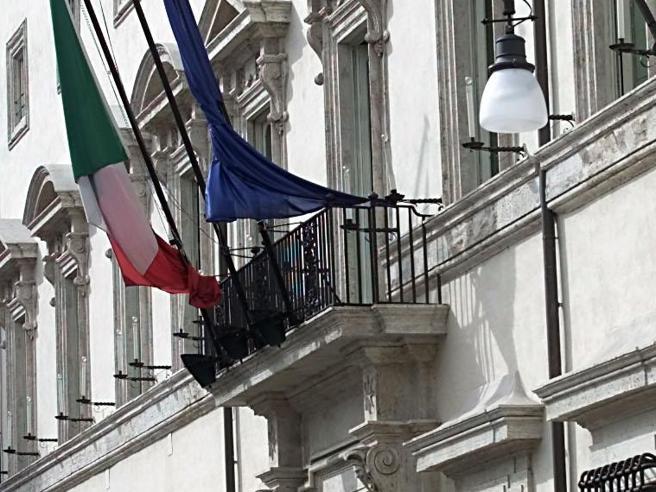 Trovati 230 mila euro in casa, funzionario  del governo indagato E Palazzo Chigi lo rimuove