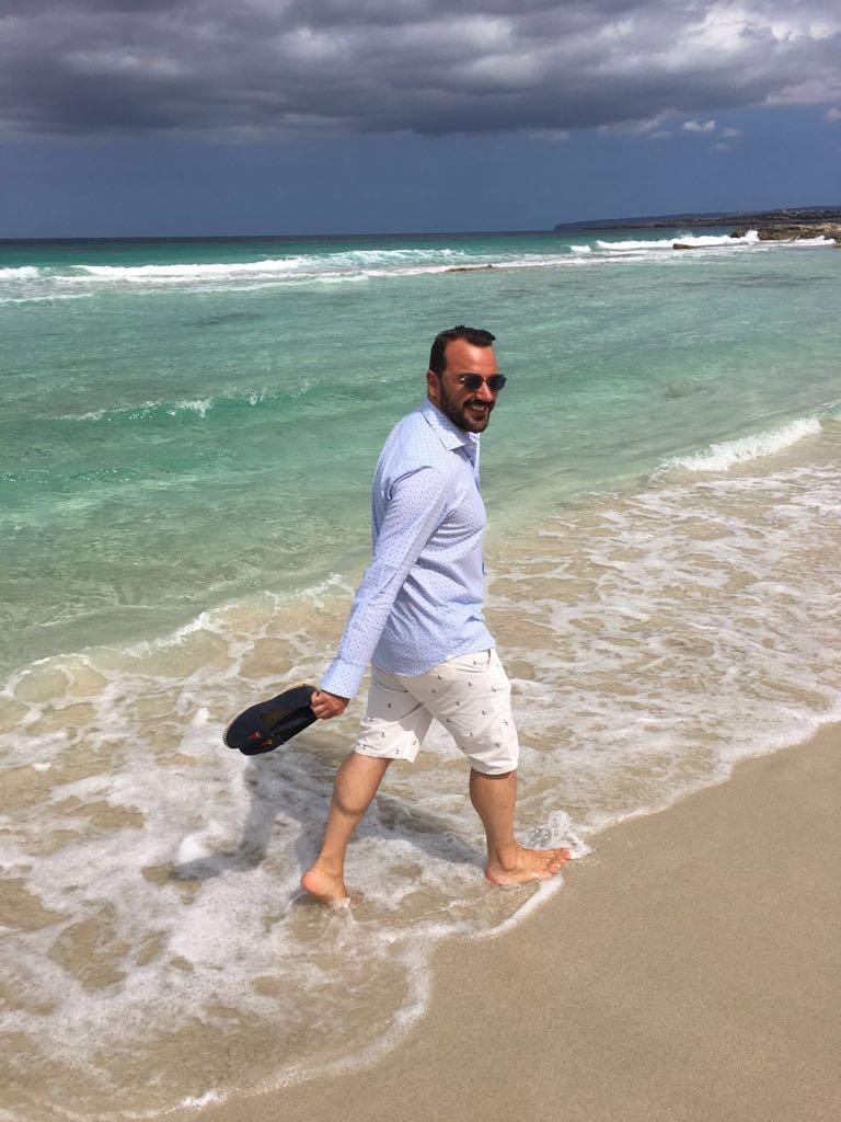 Matrimonio Spiaggia Look Uomo : Look da spiaggia la maglietta superata dalla camicia ma