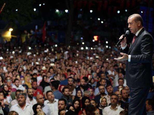 Le mani di Erdogan sulla Turchia: purghe e arresti di massa