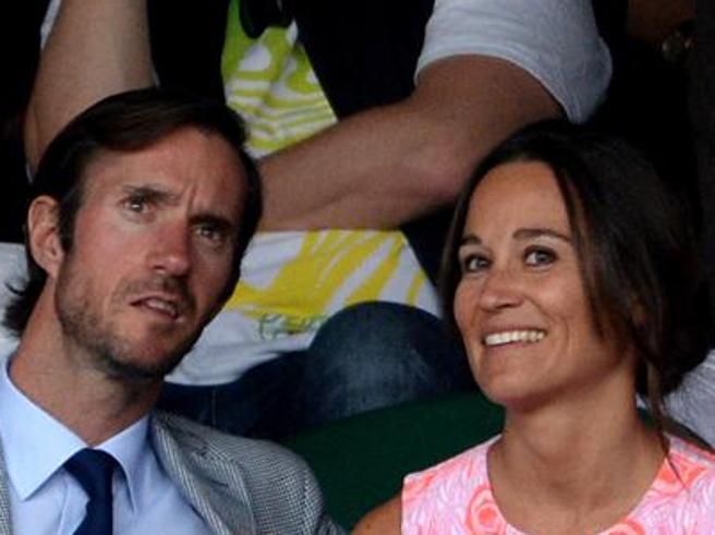 Pippa Middleton sfoggia l'anello di fidanzamento, la sorella di Kate sposa James Matthews