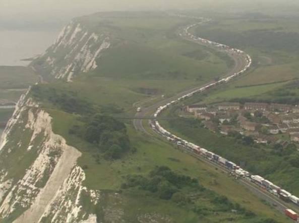GB: 15 ore di fila a Dover per i controlli antiterrorismo FOTO