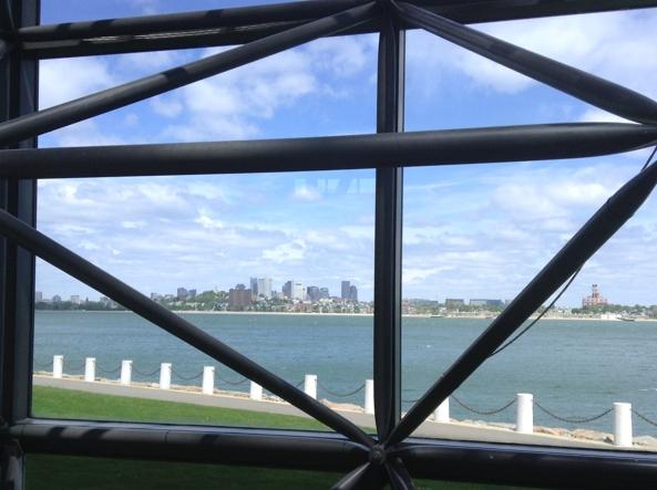 Lo skylinedi Boston visto attraverso i cristalli della JFK Library