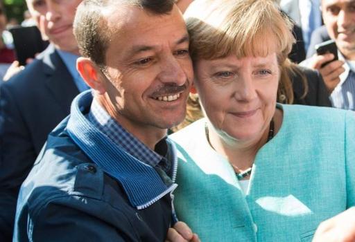 Berlino, settembre 2015: selfie della cancelliera Merkel con un richiedete asilo