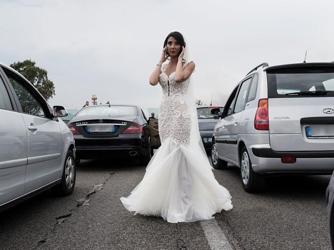 L'incendio sulla Pontina blocca la sposa: lei scende dall'auto e fa spostare tutti