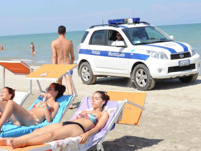 Controlli criminalità, a Milano Marittima l'auto della municipale in spiaggia tra i bagnanti