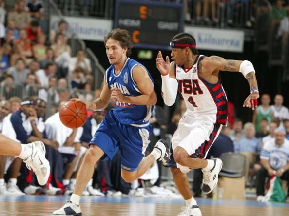 Italia e Usa a confronto in una partita di basket del 2004 (nella foto l'azzurro Pozzecco: in genere erano gli americani, quelli «lunghi». Ma un recente studio medico ha annunciato il clamoroso sorpasso (Ciamillo e Castoria)