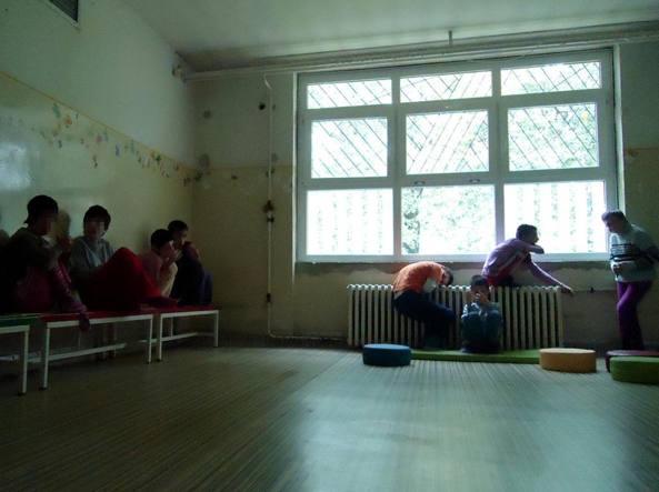 L'istituto di Veternik, in Serbia. Nella sala non ci sono i giocattoli né altri materiali educativi. L'unico stimolo è una televisione (© 2015 ,Emina Ćerimović per Human Rights Watch)