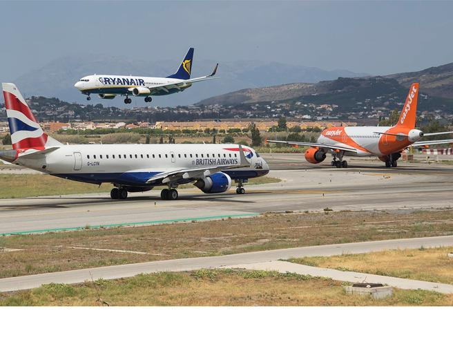 Biglietti a 4 euro e guerra tra i vettori La pazza estate dei voli in Europa