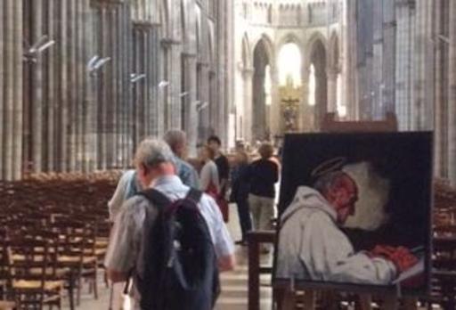 L'interno della chiesa di Saint-Etienne e il quadro che raffigura padre Jacques, il prete sgozzato