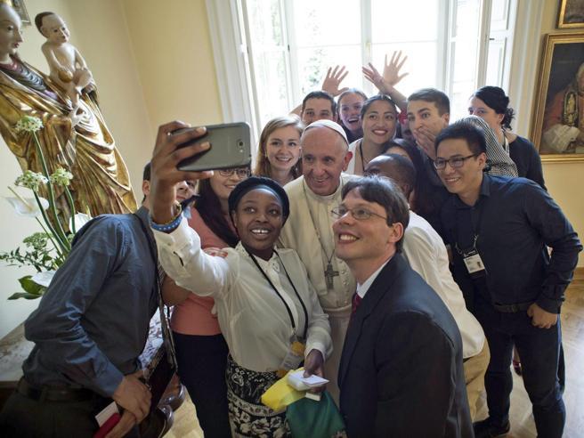 Il Papa alla veglia con un milione di giovani:  «Dio tocchi i cuori dei terroristi, niente giustifica guerra»