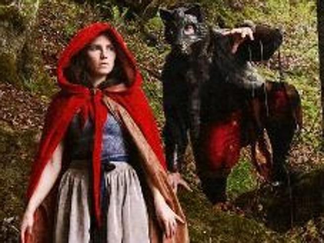 Amanda Knox apre  Instagram al pubblico: è vestita da Cappuccetto Rosso