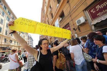 Prof «deportati» dal Sud al Nord, protesta in piazza a Napoli