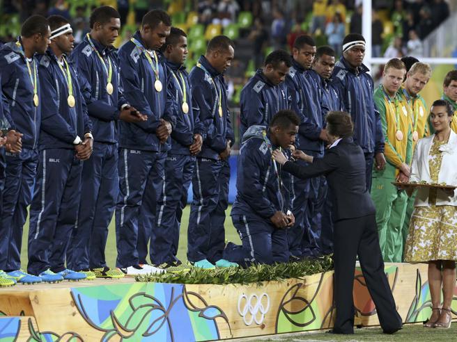 Olimpiadi di Rio 2016, nel rugby a 7 primo (storico) oro per Figi: tutti in ginocchio davanti alla principessa Anna