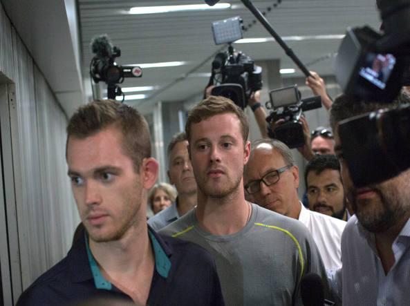Gunnar Bentz e Jack Conger lasciano la stazione di polizia di Rio (Ap/Pimentel)