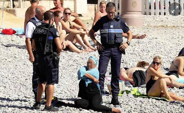 Nizza, burkini vietato: donna obbligata a svestirsi