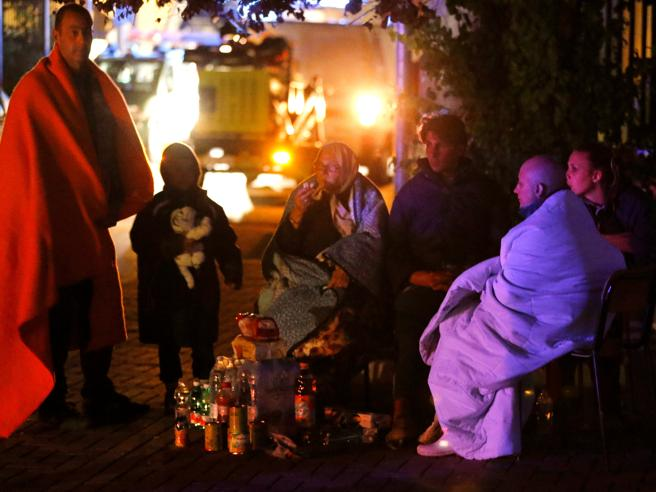 Avvolti in coperte, in strada, nelle tendopoli: la prima notte fuori casa degli sfollati  Le foto