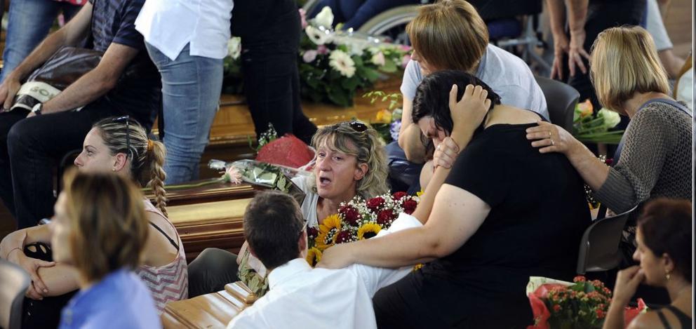 Dolore dei parenti durante i funerali solenni ad Ascoli    (LaPresse)