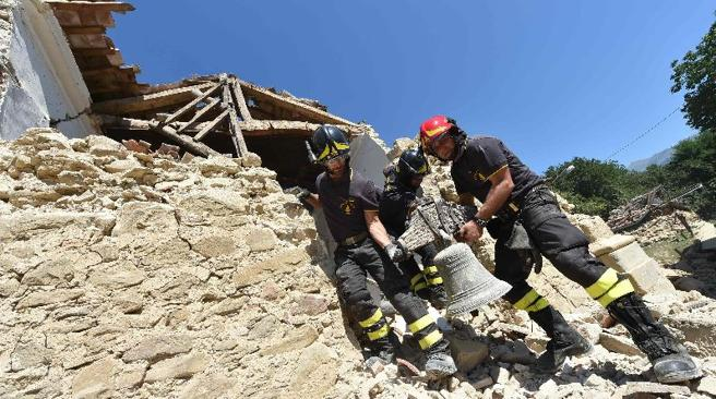 Vigili del Fuoco ad Amatrice cinque giorni dopo il terremoto (Afp)