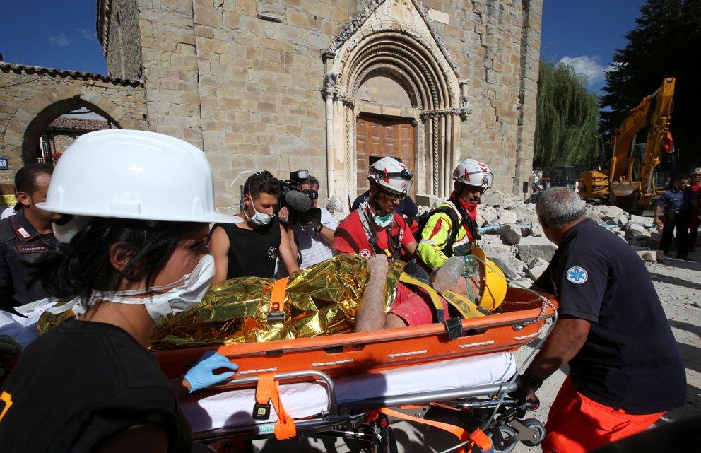 Un sopravvissuto sotto le macerie  ad Amatrice (Reuters/Stefano Rellandini)