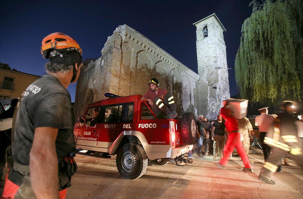 Soccorritori al lavoro ad  Amatrice (Reuters/Stefano Rellandini)
