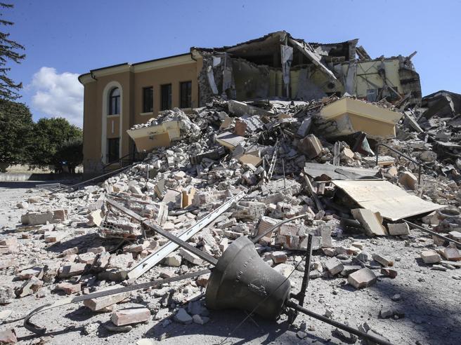 Il sindaco di Amatrice: «La scuola crollata? Per i tecnici era a posto»L'edificio distrutto video