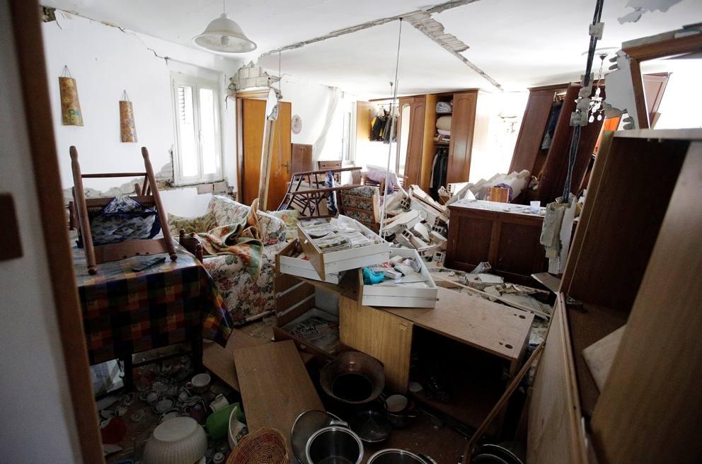 terremoto gli interni delle case distrutte