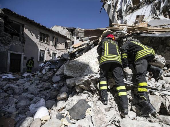 Terremoto, si scava ancora: 250 morti