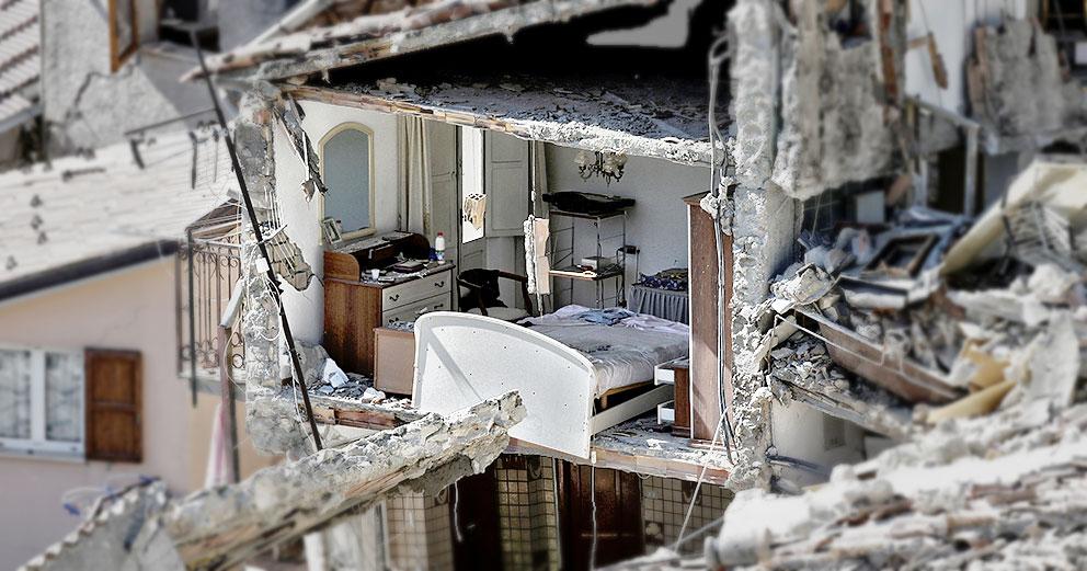 L'interno di un'abitazione distrutta dal terremoto di mercoled� a Pescara del Tronto (Afp)