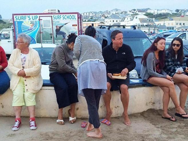 Cameron nella polvere,  «fish and chips» sul muretto Foto