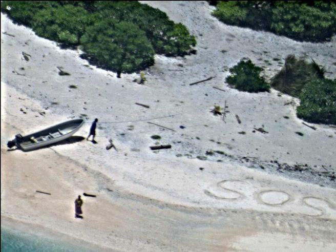 Naufragano su un'isola deserta, trovati grazie a Sos su sabbia Foto