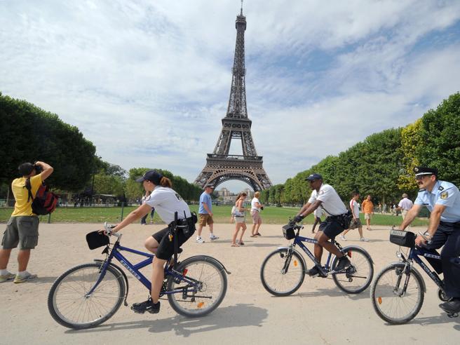 Parigi sceglie di andare a piediLa sindaca dà battaglia alle auto