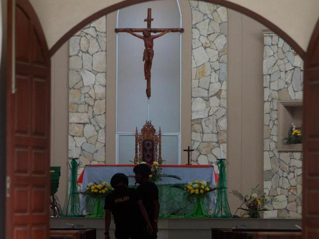 Indonesia, tenta attentato in chiesama la bomba gli esplode nello zaino
