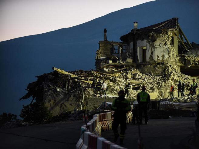 Terremoto, l'assedio degli sciacalli, tra le rovine e in rete