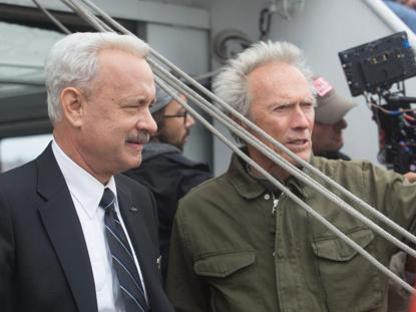 Tom Hanks (60 anni) nei panni di Chesley Sullenberger, con Clint Eastwood (86) sul set di �Sully�