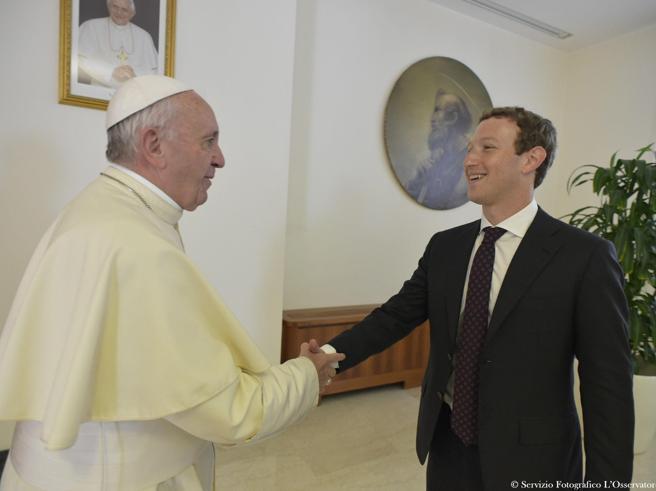 Mark Zuckerberg a Roma incontra il Papa e Matteo Renzi: 500mila dollari per il terremoto